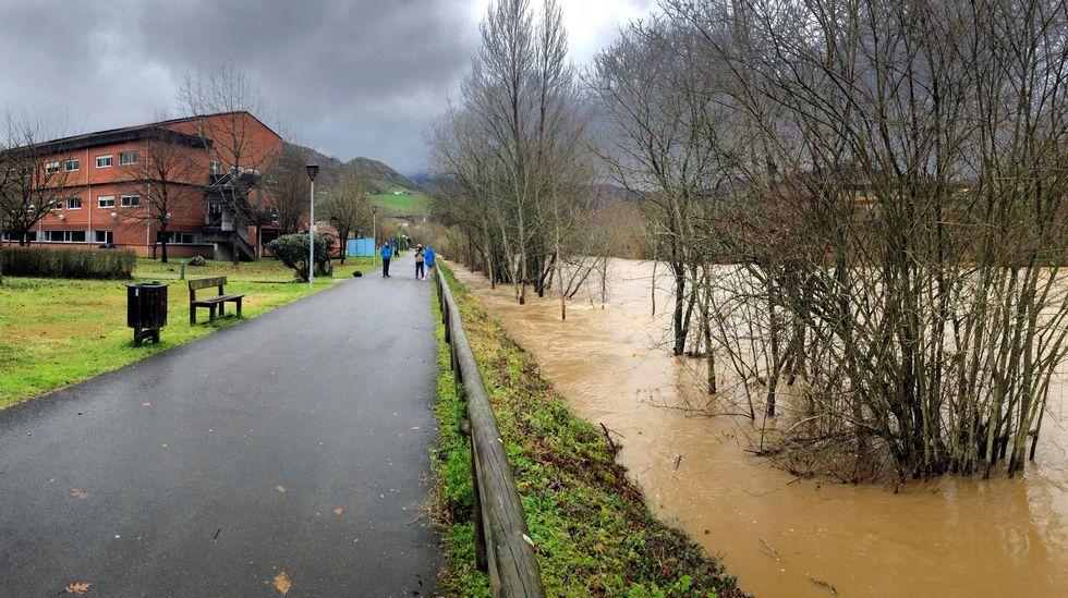 Así han quedado las infraestructuras ferroviarias.Aspecto Del Río Piloña a su paso por el hospital de Arriondas, en alerta por inundaciones, que está siendo desalojado