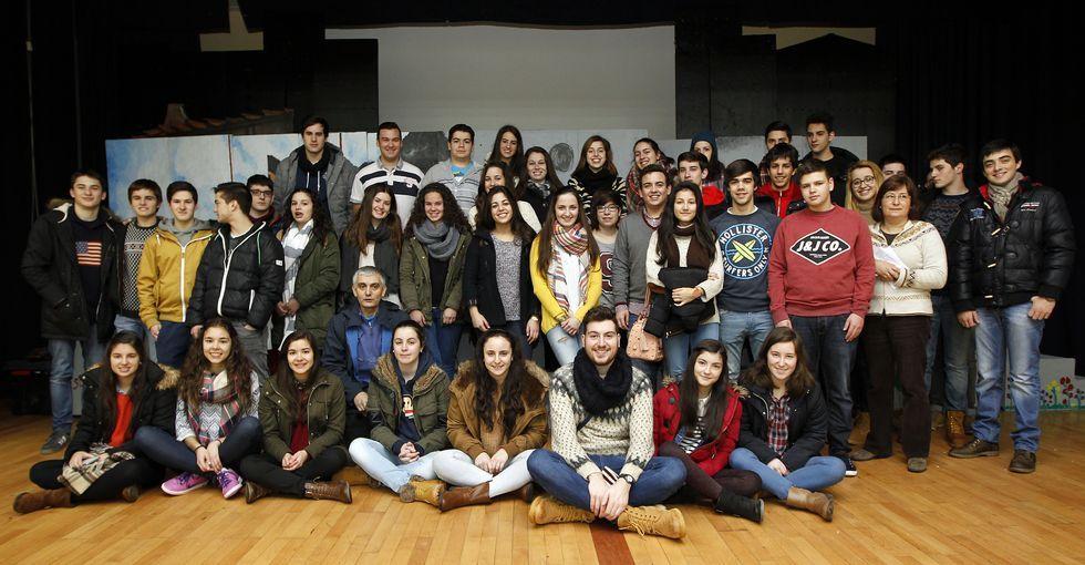 Los estudiantes y profesores, ayer minutos antes de viajar rumbo a Ginebra (Suiza).