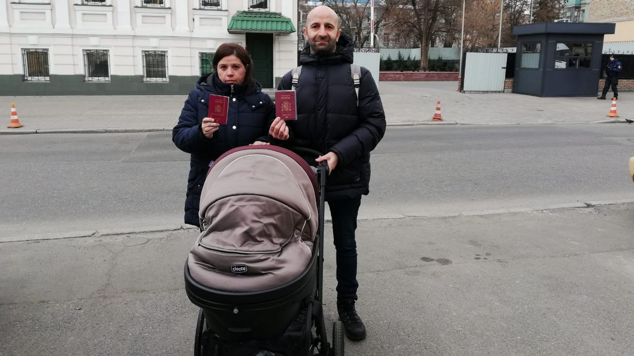 Las familias españolas reclaman la inscripción y el pasaporte español para sus recién nacidos por gestación subrogada en Ucrania