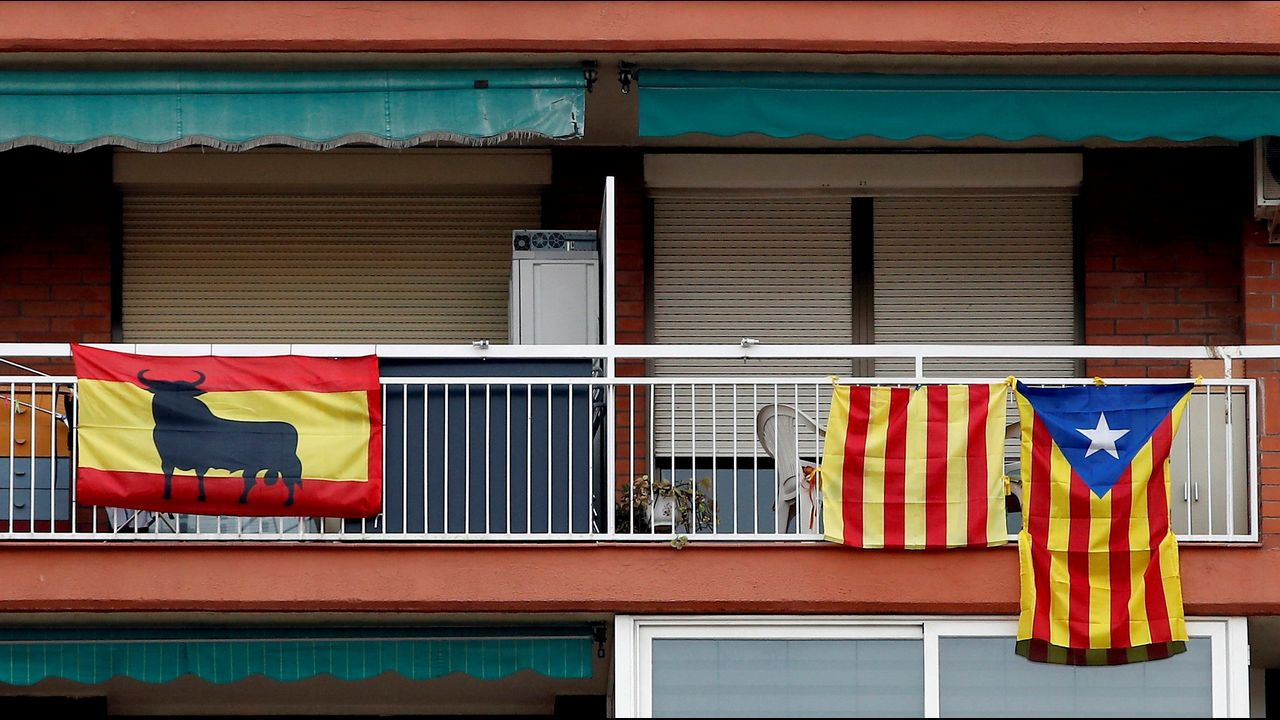 La demanda de banderas de Tabarnia se dispara en Cataluña.Jugadores del Oviedo celebran el gol de Christian en Vallecas