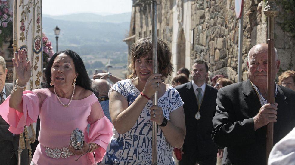 La procesión previa a la ofrenda floral, con la torre del castillo de San Vicente de fondo.Cabecera de la procesión que dio la vuelta a la cima de San Vicente