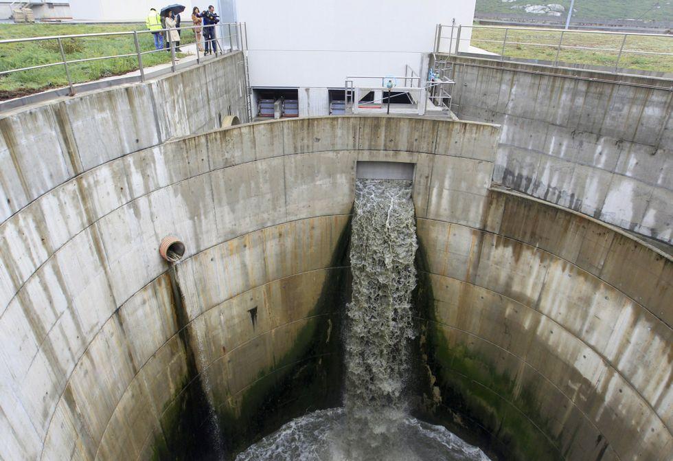 La Ciudad de la Cultura, un complejo cubierto de obras.Aguas residuales saliendo de la EDAR, en foto de archivo.