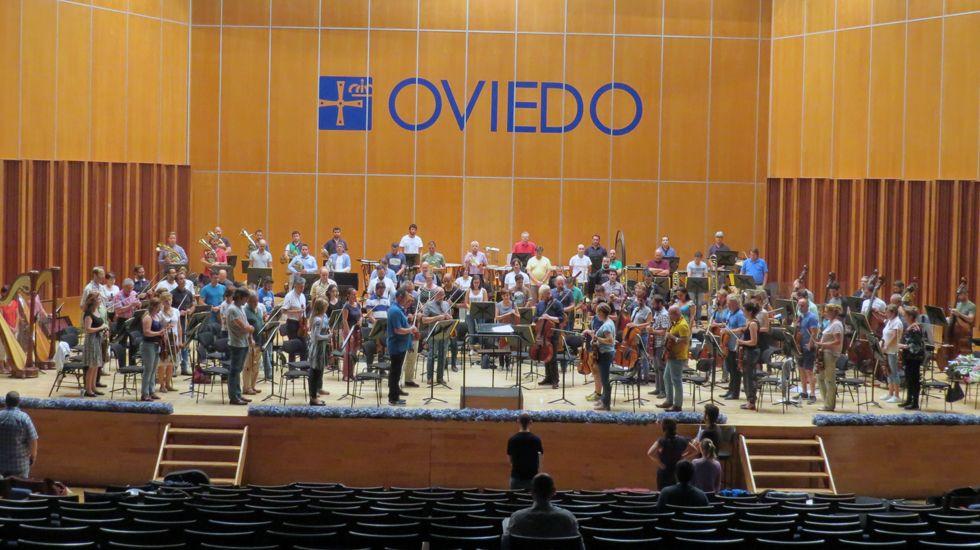 La Orquesta Sinfónica del Principado de Asturias y Oviedo Filarmonía guardaron un minuto de silencio durante el ensayo de Siegfried.La Orquesta Sinfónica del Principado de Asturias y Oviedo Filarmonía guardaron un minuto de silencio durante el ensayo de Siegfried