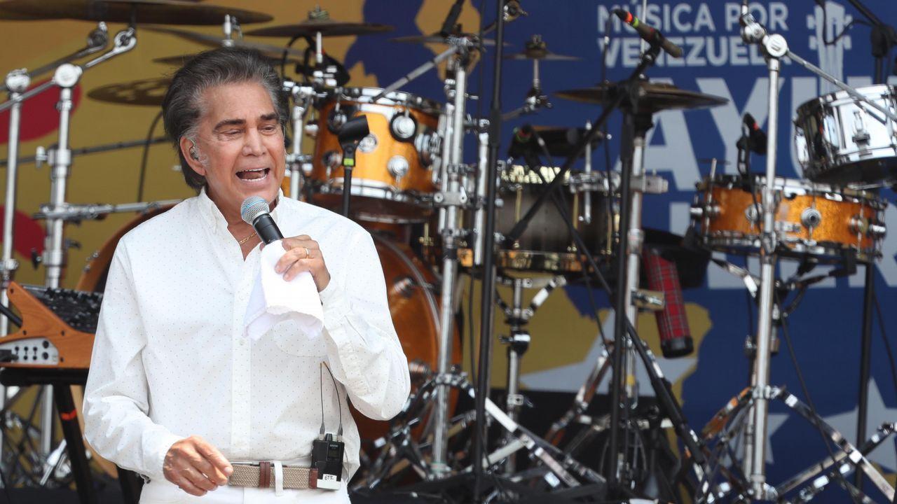 Actuación del venezolano José Luis Rodríguez El Puma durante el concierto en el puente fronterizo de Tienditas, en Cúcuta (Colombia)