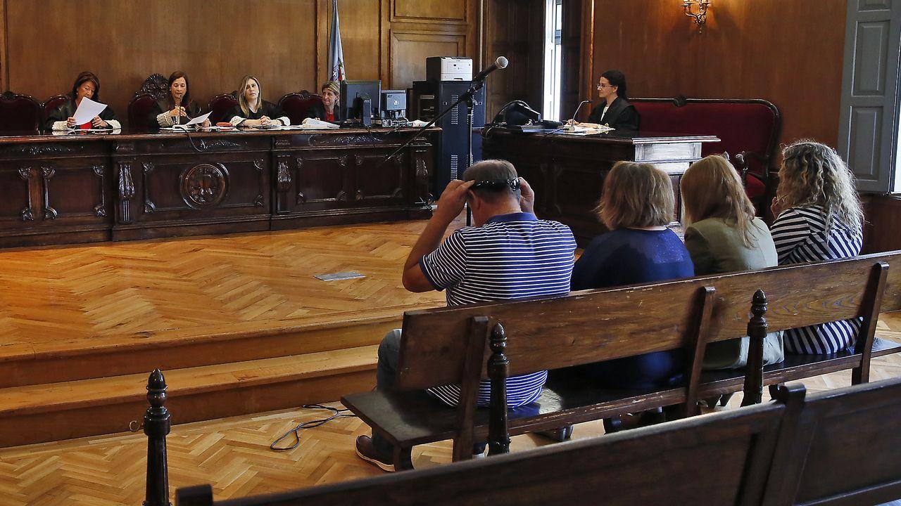La fiscala rebaja a 15 años la petición de prisión por el crimen de Lérez.Uno de los acusados, ayer en el juicio, observando un vídeo