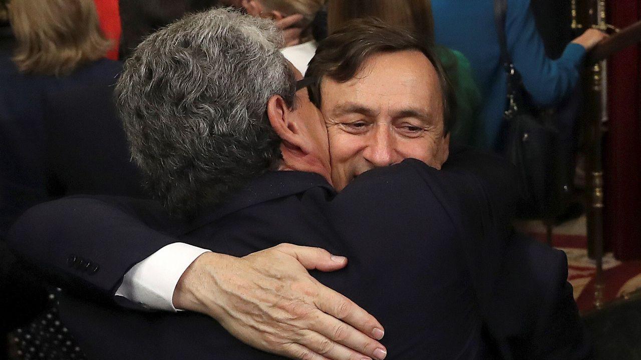 Rafael Hernando es abrazado tras la segunda jornada de la moción de censura.