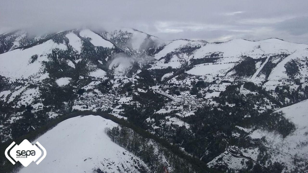 Vista aérea de Narón, en Cangas del Narcea, bajo la nieve