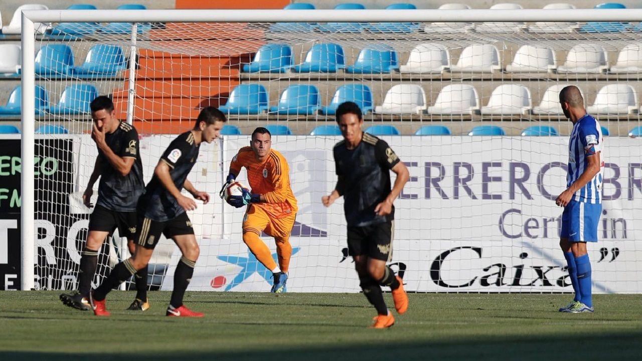 Alfonso atrapa un balón en el Ponferradina-Real Oviedo