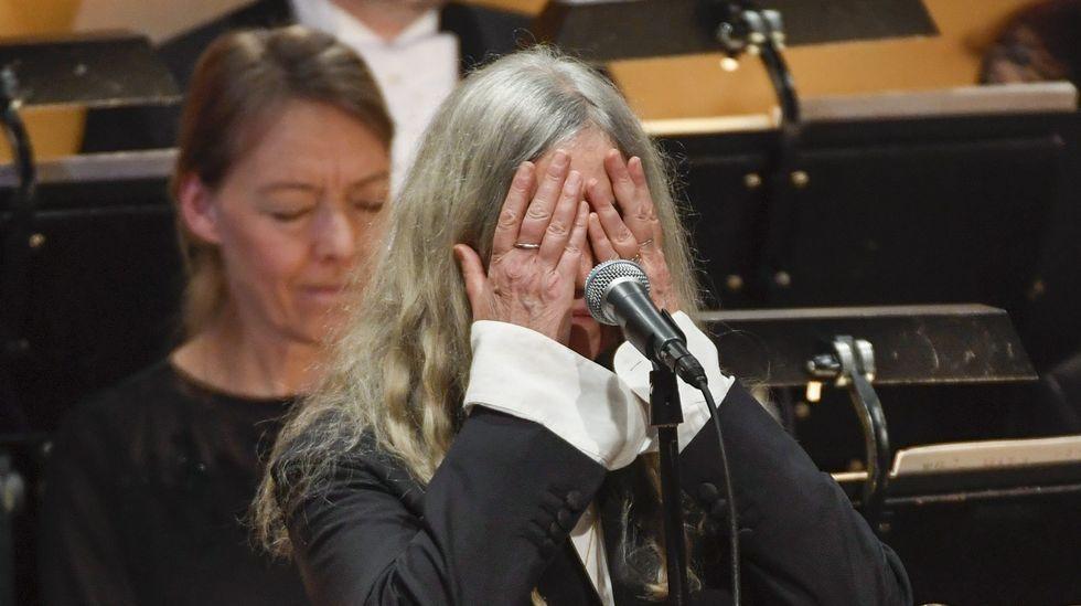 .Patti Smith, emocionada mientras interpreta «A Hard Rain's Gonna Fall», canción escrita por Bob Dylan, durante la ceremonia de los Nobel.