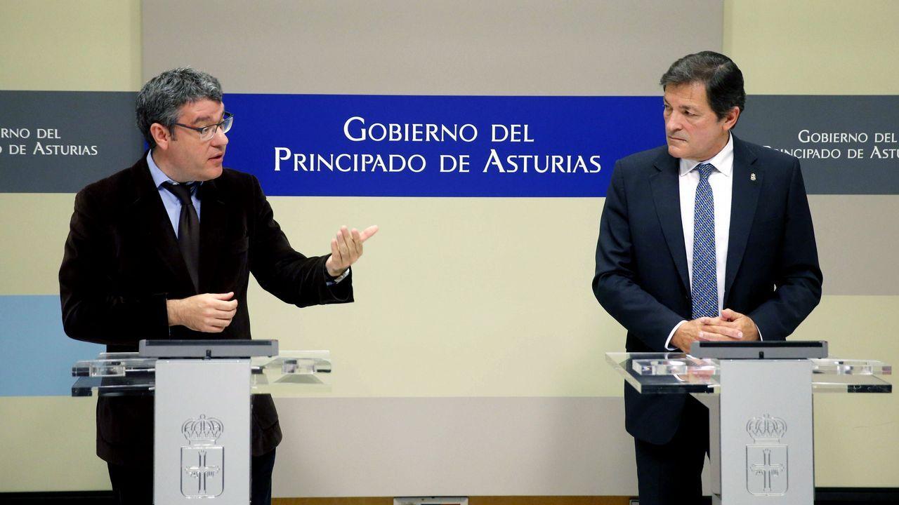 El presidente del Principado de Asturias, Javier Fernández (d), y el ministro de Energía, Turismo y Agenda Digital, Álvaro Nadal (i), tras la firma de un nuevo convenio marco de colaboración para el impulso económico de las comarcas mineras del carbón. EFE/José Luis Cereijido