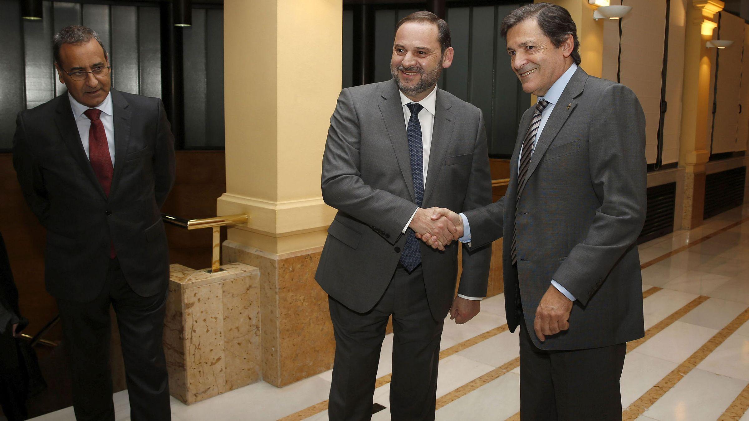 La autopista del Huerna.Ábalos y Javier Fernández se saludan en presencia de Fernando Lastra. /ARMANDO ÁLVAREZ
