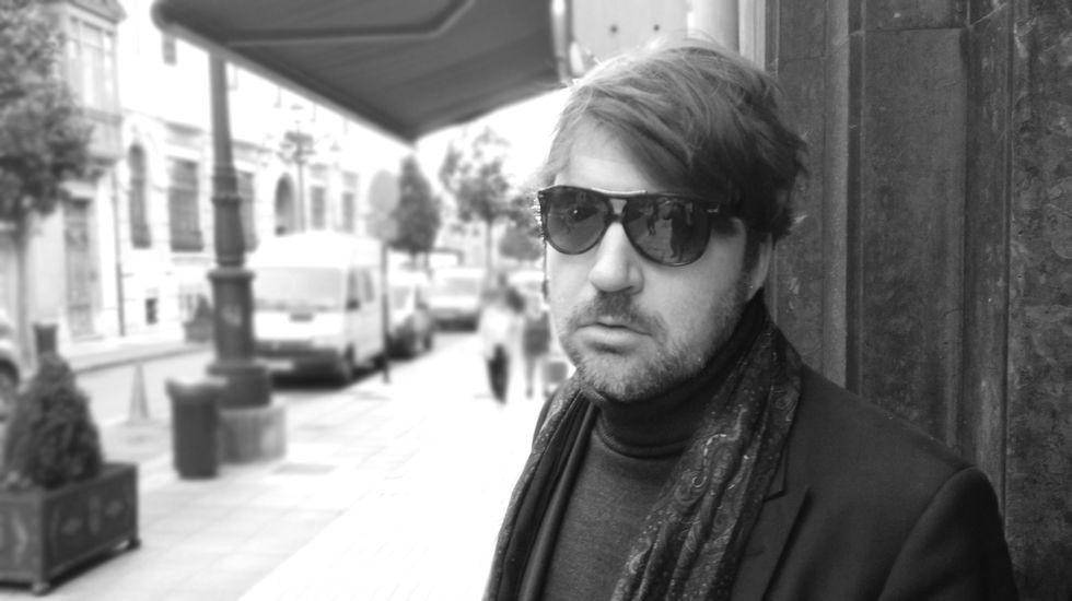 Radar de tráfico.El cineasta Albert Serra, en las calles de Oviedo