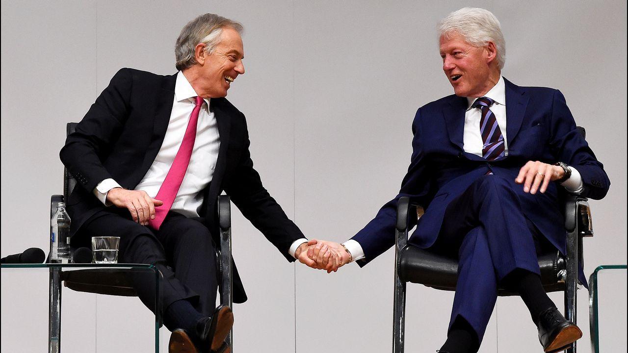 Tony Blair y Bill Clinton en el acto de celebración del vigésimo aniversario del Acuerdo del Viernes Santo, en Belfast, Irlanda del Norte