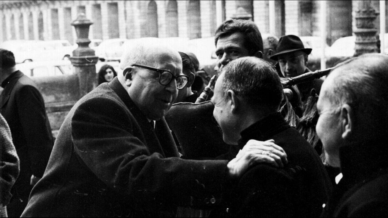 La USC custodia el libro más antiguo de Santiago en una cámara acorazada.Otero Pedrayo recibe unha homenaxe na praza do Obradoiro