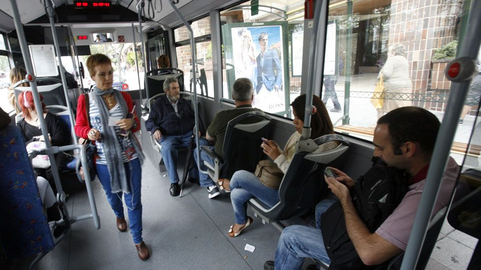 Pasajeros del servicio de bus urbano de Oviedo.Pasajeros del servicio de bus urbano de Oviedo