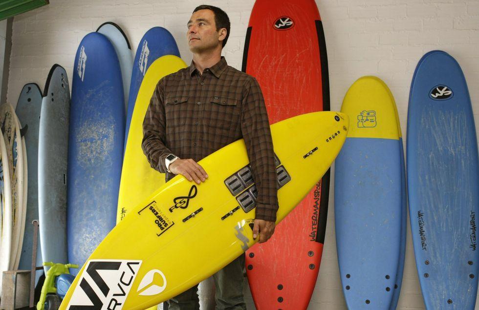 <span lang= es-es >Eric Rebiere andará hoy por Carballo</span>. El surfista participará en la fiesta del décimo aniversario del Silfer, al igual que la DJ Olga Ryazanova y los «bartenders» Bruno Macedo y Tiago da Cunha.