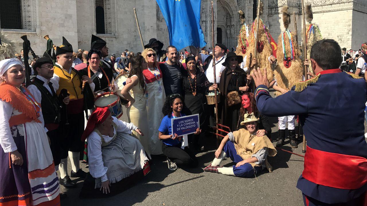 El alcalde de Siero, Ángel García, posa con todos los personajes de los sidros y les comedies justo antes de comenzar el desfile del festival de la Máscara Ibérica