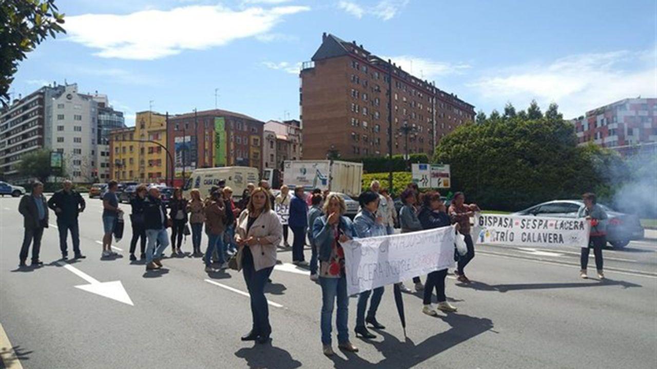 Banco de leche materna.Los trabajadores de limpieza del HUCA cortan la carretera en Oviedo