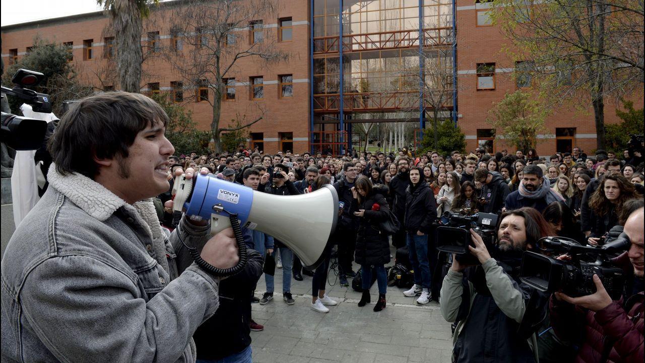 Un grupo de estudiantes de la Universidad Rey Juan Carlos, protestan tras las supuestas irregularidades del máster en Derecho Público del Estado Autonómico que obtuvo la presidenta de la Comunidad de Madrid, Cristina Cifuentes