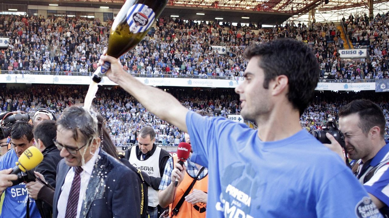 Bañando en champán a Fernando Vázquez tras lograr el ascenso a primera división