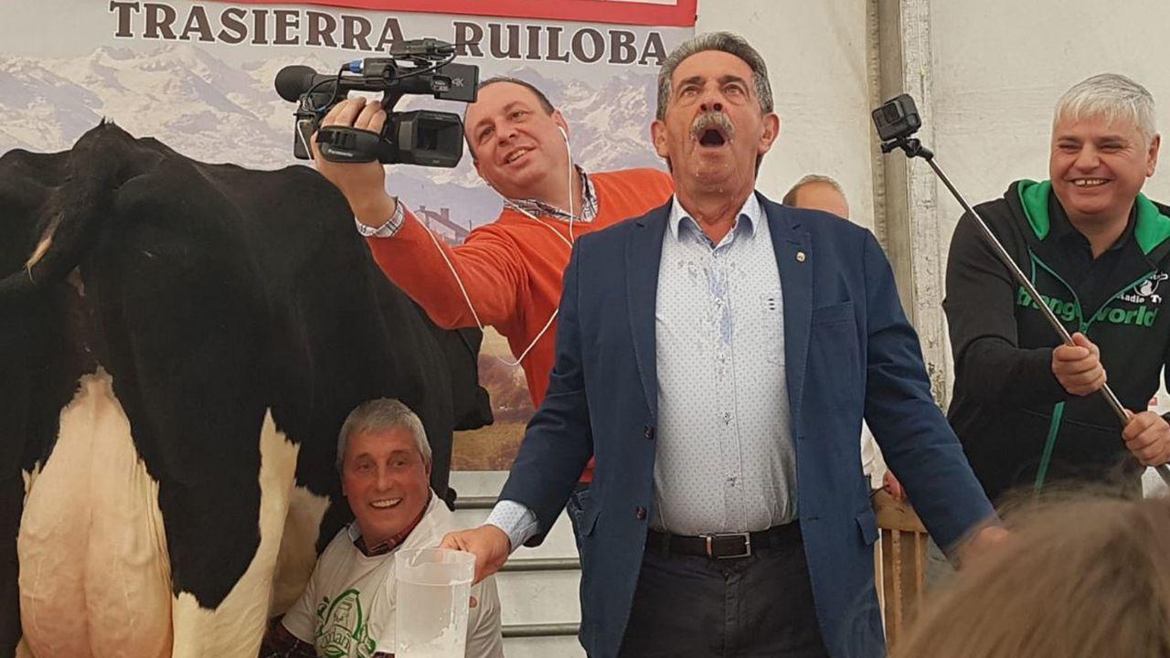 Miguel Ángel Revilla bebiendo leche en el festival concurso de ordeño en Trasierra