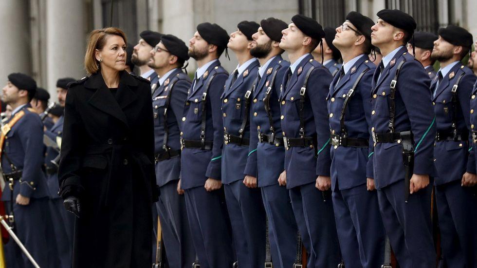 Rajoy felicita la Navidad a los militares.Imagen de archivo con la ministra de Defensa pasando revista