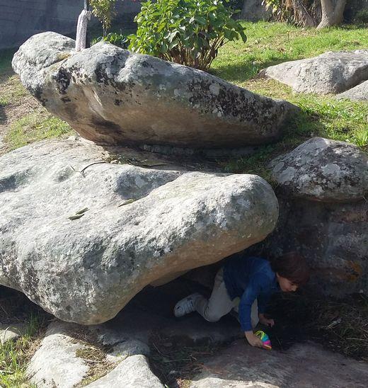 Esta es la oquedad en Pastoriza (Arteixo) bajo la que se deslizan los fieles.