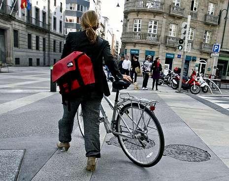 La convivencia entre peatones y ciclistas está aún pendiente de resolución en la ciudad.