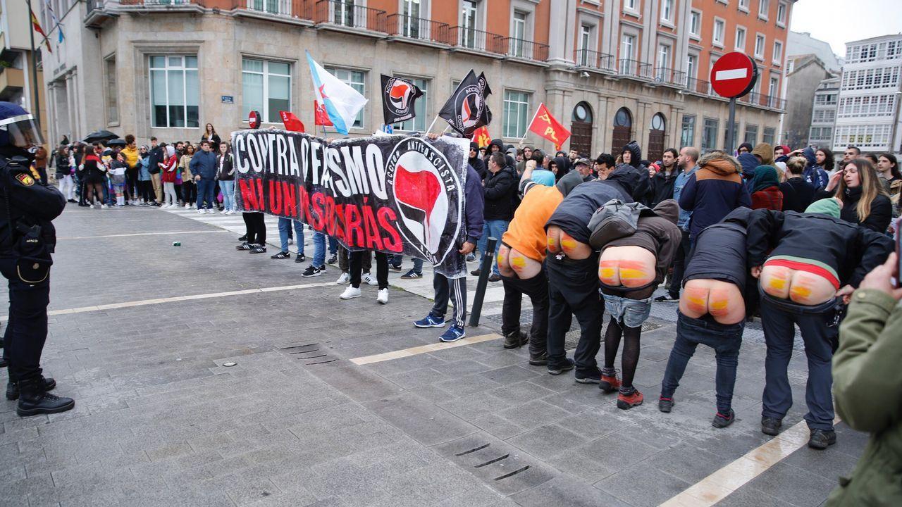 En el exterior del Palexco, un grupo de manifestantes «contra o fascismo» increpó a la formación de ultraderecha