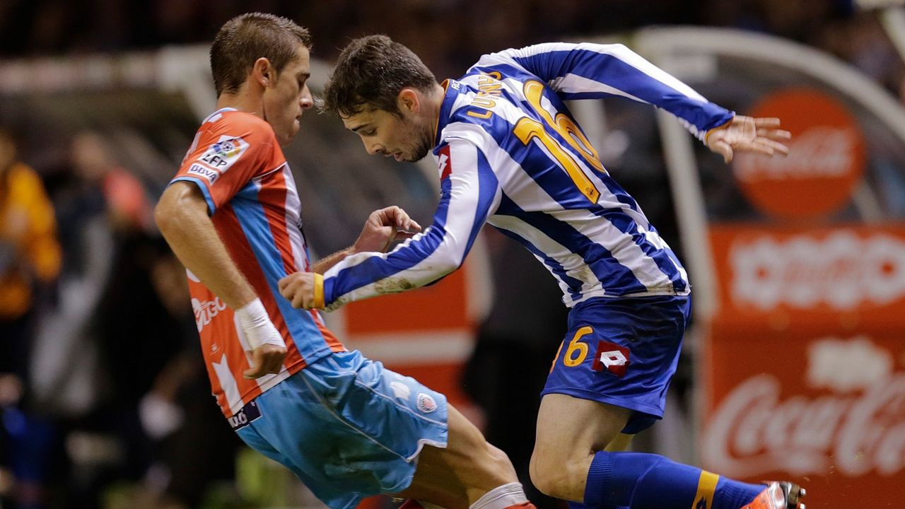 Anquela Almeria Real Oviedo Carlos Tartiere.Tino Fernández posa con uno de los nuevos abonos del Deportivo