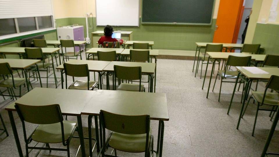 un alumno en un aula, clase, vacía.El president Quim Torra en una escuela infantil el primer día de curso