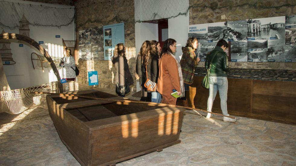 Un grupo de visitantes en una sala del museo Pazo de Arxeriz dedicado a la cultura fluvial de la Ribeira Sacra
