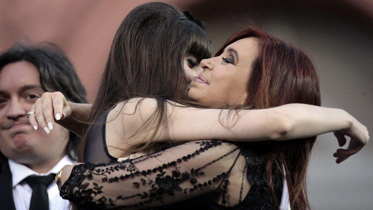 Cristina Fernández de Kirchner abraza a su hija Florencia y junto a su hijo Máximo, en un acto durante su presidencia