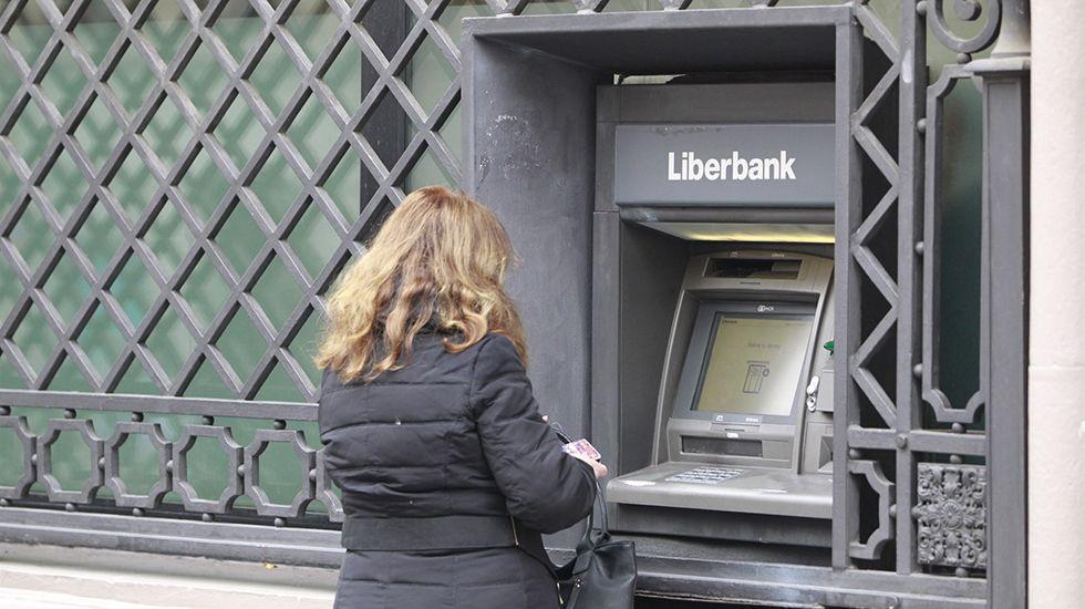 Edificio de Servicios Múltiples.Una mujer saca dinero en un cajero de Liberbank