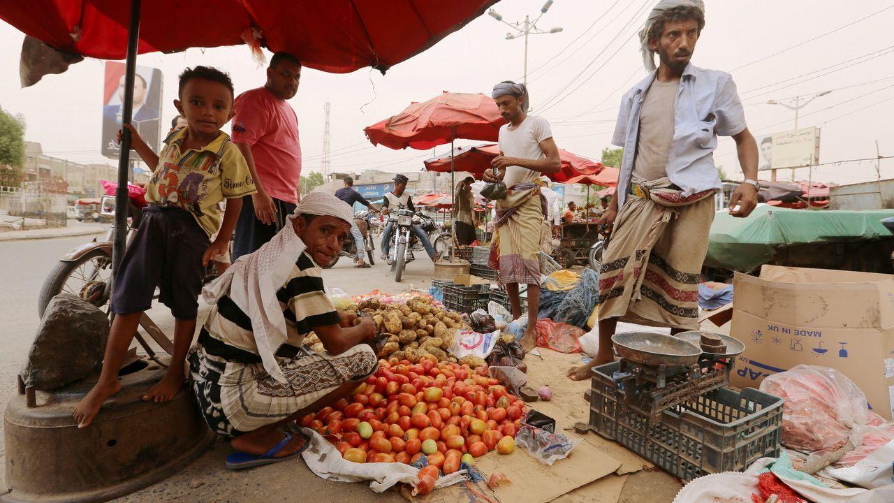.Un vendedor callejero ofrece sus productos en la ciudad de Hodeidah, en Yemen