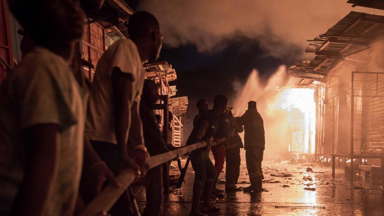Tareas de extinción de un incendio en Puerto Príncipe, Haití