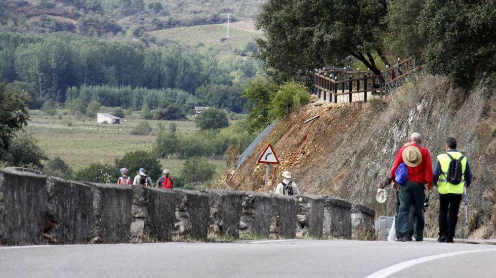 En el tramo entre Vilamartín y A Rúa, los peregrinos tienen que caminar por la carretera