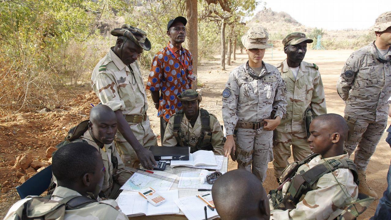 Así se adiestra la unidad acorazada de la Brilat.Soldados españoles de la Brilat, con unos niños en Mali