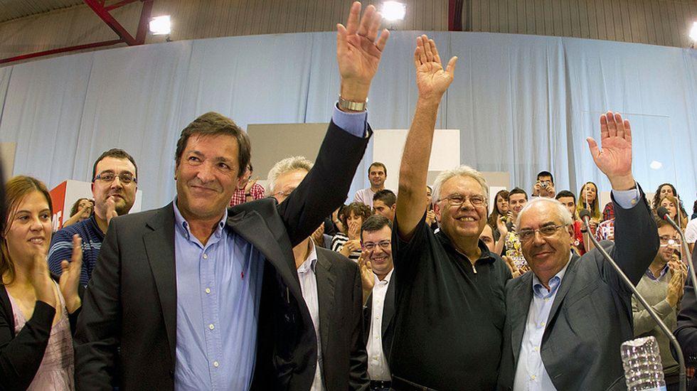Javier Fernández, Felipe González y Vicente Álvarez Areces, en un mitin en Oviedo, en 2011, con Adrián Barbón, en segunda fila a la izquierda.Javier Fernández, Felipe González y Vicente Álvarez Areces, en un mitin en Oviedo, en 2011, con Adrián Barbón, en segunda fila a la izquierda