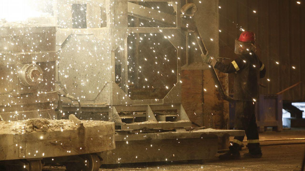 ferroatlantica.FERROATLÁNTICA: ERE este año. Los malos resultados de la puja eléctrica en diciembre pasan factura a la multinacional de ferroaleaciones y silicio metal. Prepara un ajuste de personal para este año que afectará a los 200 trabajadores de Arteixo. Todo indica que se extienda a los 400 operarios de la planta de Cee. La subida de la energía está detrás de esta crisis. Ferroatlántica va a reducir un 67% la producción en Sabón al cerrar dos de sus tres hornos. Aún no saben fechas ni número de afectados.