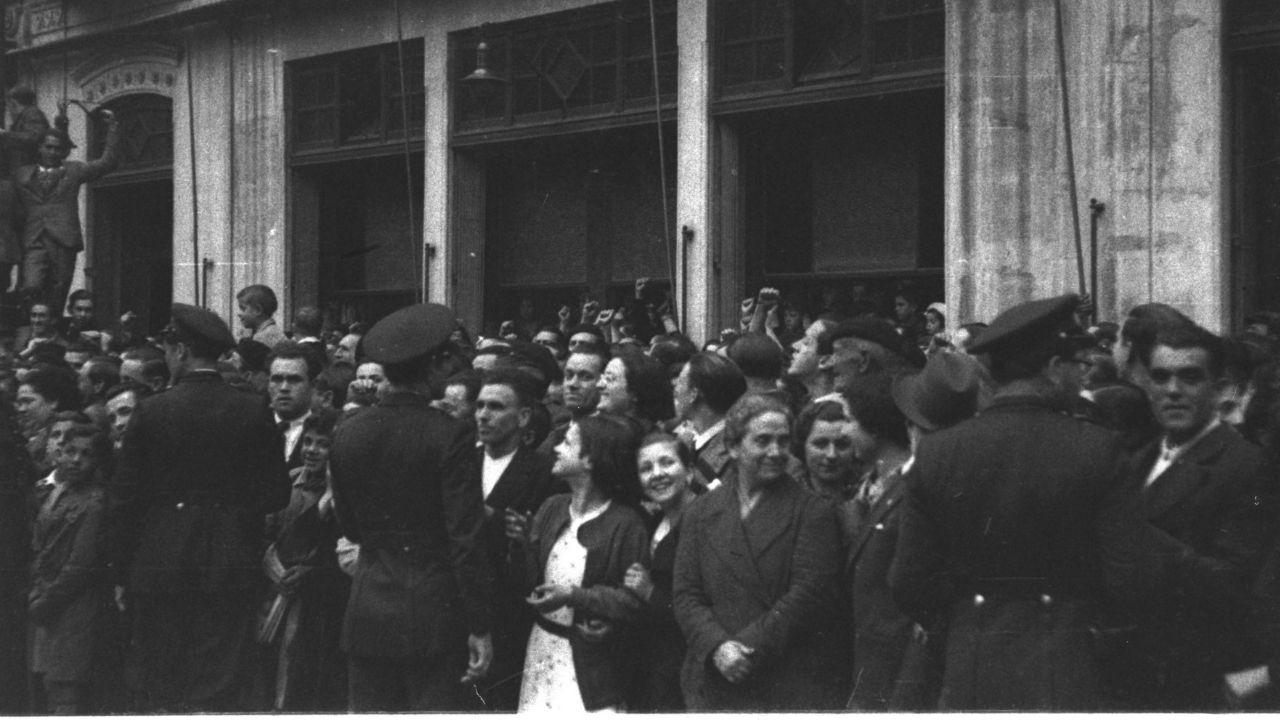 Caras sonrientes entre el público asistente a la Fiesta de la República de 1936, en una imagen tomada por Constantino Suárez