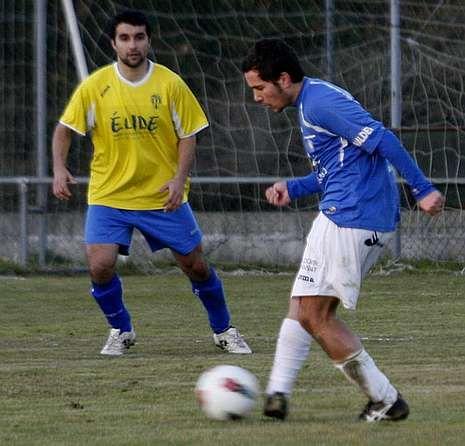 Un jugador del Escairón, a la derecha, conduce el balón.