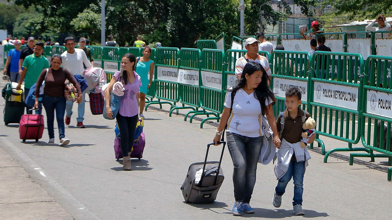 Venezolanos cruzan la frontera de San Antonio del Táchira en Venezuela a Cúcuta, en el departamento de Norte de Santander, Colombia