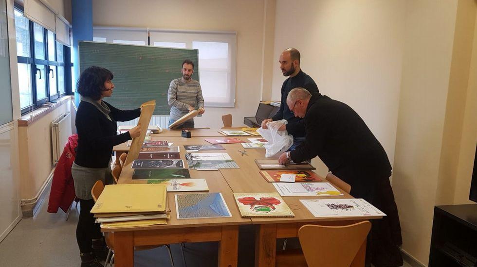 Miembros del jurado examinando los trabajos presentados al concurso de carteles de la Feira do Viño de Amandi