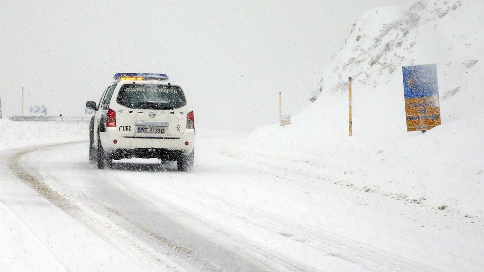 Explosión pirotécnica en Cangas del Narcea.Nieve en Pajares