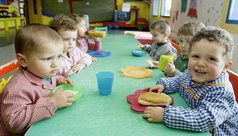 Enfermeras de Familia y Comunitaria reivindican su profesión y la creación de su categoría profesional en Asturias.Niños de una escuela infantil comiendo juntos