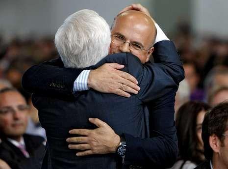 Padre e hijo se funden en un abrazo en el homenaje celebrado cuando el primero se retiró.