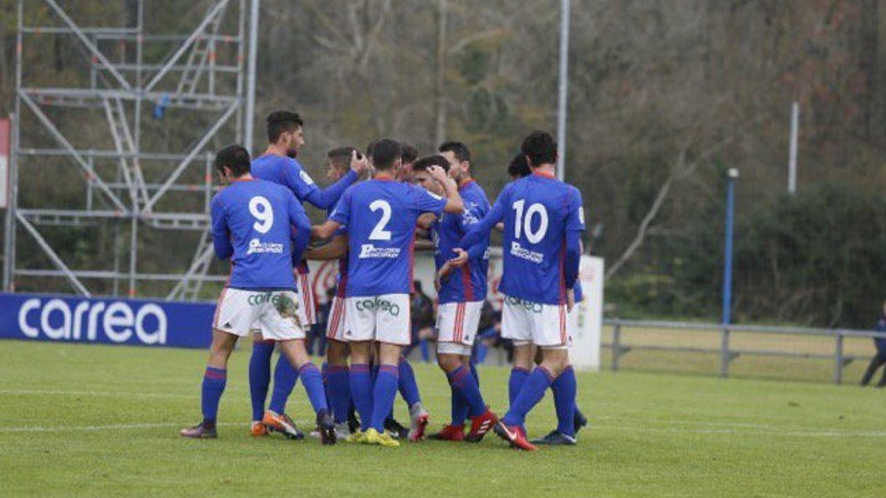 Gol Real Oviedo Vetusta.Los futbolistas del Vetusta celebran un gol