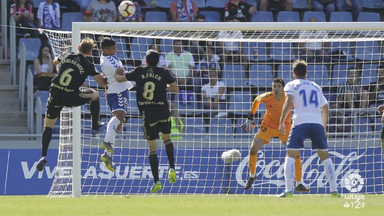 Fabbrini Real Oviedo Albacete Carlos Tartiere.Nano Mesa remata por encima de Carlos Hernández y Folch