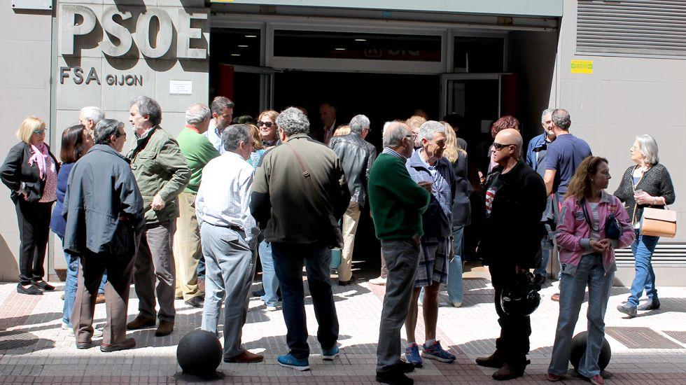 Militantes socialistas ante la Casa del Pueblo de Gijón